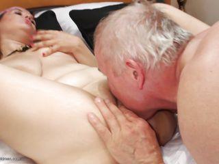 Порно зрелая заставила лизать