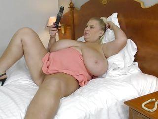 Порно с огромными сиськами зрелых дам