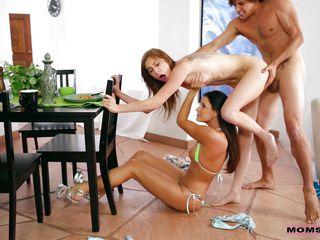 парень трахает жену муж смотрит